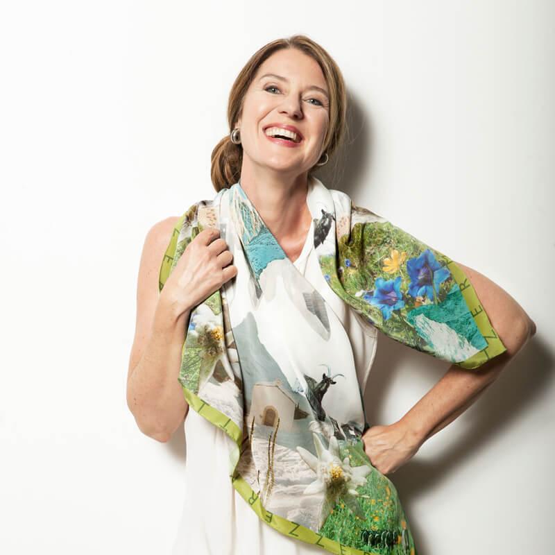 Frau mit Schal von Beyond Silk