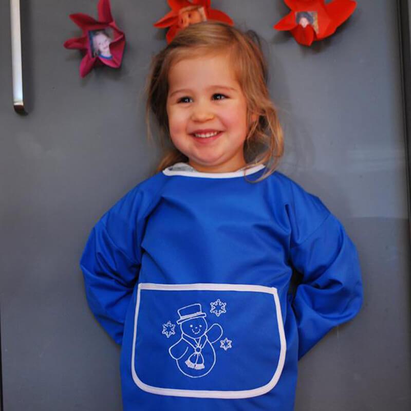 Mädchen mit Kinderschürze