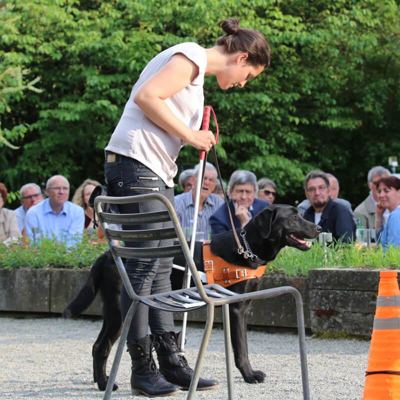 Frau mit Blindenführhund im Parcours